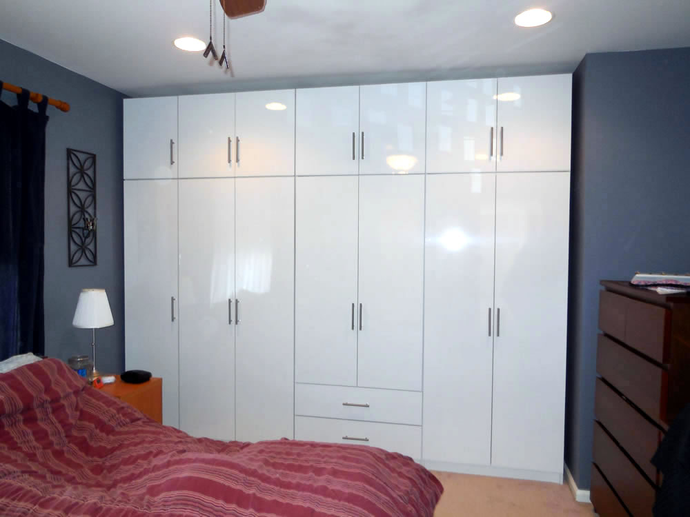 Glossy white wardrobe set with rod handle